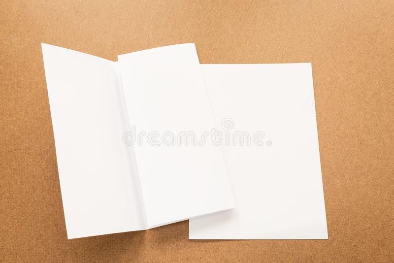 Примечание белой бумаги на столе древесины дела стоковая фотография rf