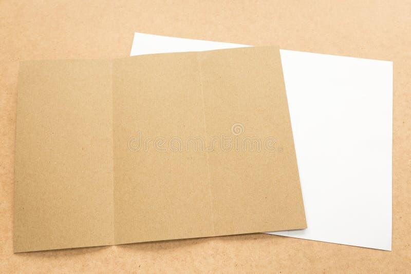 Примечание белой и коричневой бумаги на столе дела деревянном с космосом экземпляра стоковое фото