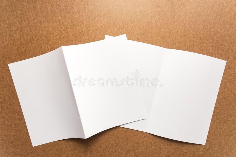 Примечание бумаги Брайна на столе дела деревянном с космосом экземпляра стоковое фото
