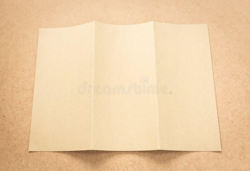 Примечание бумаги Брайна на столе дела деревянном с космосом экземпляра стоковая фотография