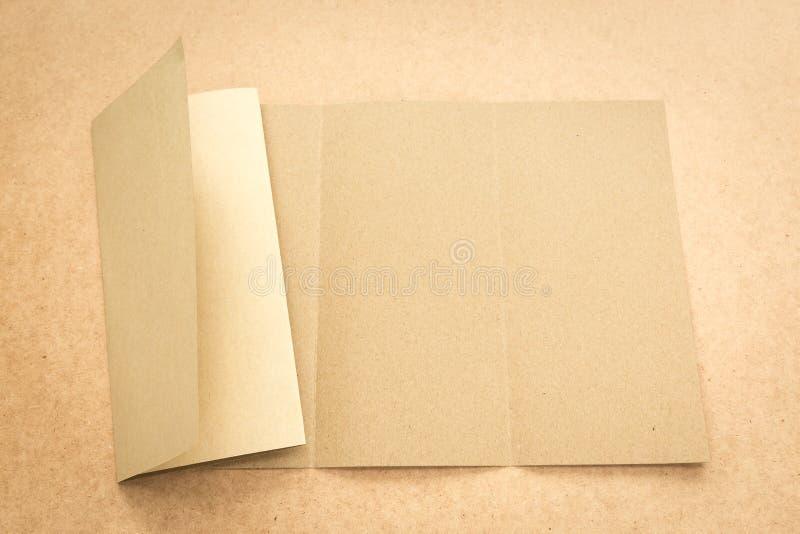 Примечание бумаги Брайна на столе дела деревянном с космосом экземпляра стоковая фотография rf