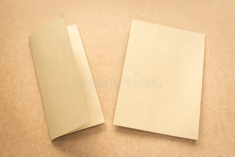 Примечание бумаги Брайна на столе дела деревянном с космосом экземпляра стоковые фотографии rf