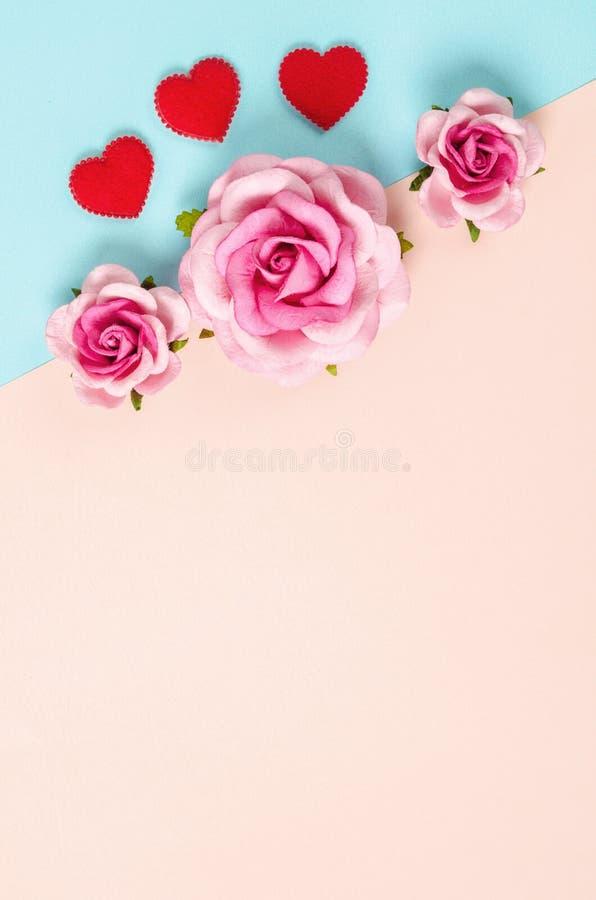 Примечание и розы чистого листа бумаги стоковые изображения