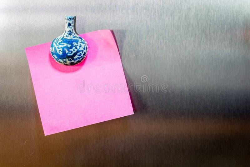 Примечание напоминания липкое на холодильнике стоковое фото