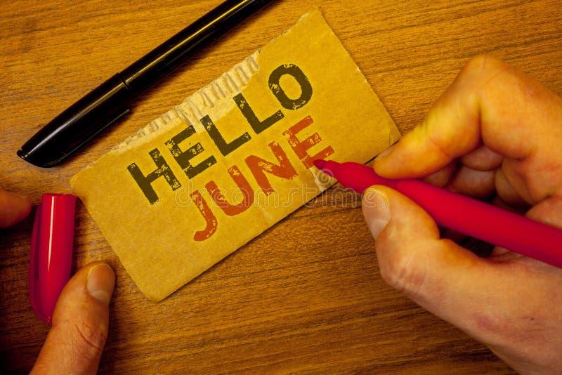 Примечание сочинительства показывая здравствуйте! июнь Фото дела showcasing начинающ новое сообщение май месяца над создаваться л стоковое фото