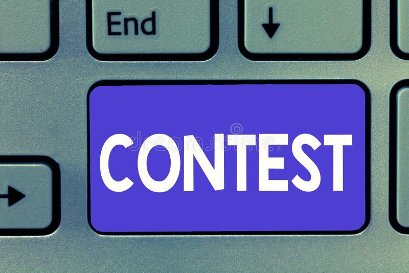 Примечание сочинительства показывая конкуренцию фото дела состязания showcasing улучшает чем другой показ для призового избрания стоковые изображения rf