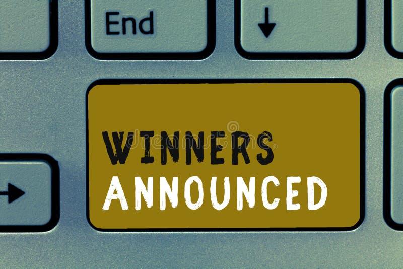 Примечание сочинительства показывая объявленные победителей Фото дела showcasing объявляющ кто выиграло состязание или любую конк бесплатная иллюстрация