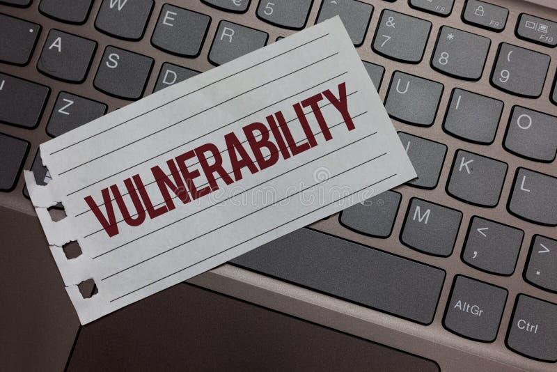 Примечание сочинительства показывая уязвимость Системы подверженности данным по фото дела showcasing прослушивают атакующего Keyb стоковые фотографии rf