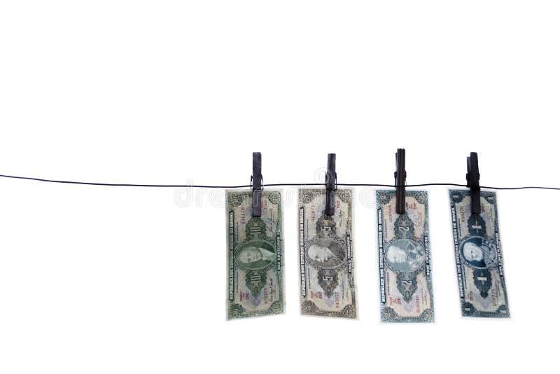 Примечания, банкноты, старые бразильские деньги на веревке для белья стоковые фото