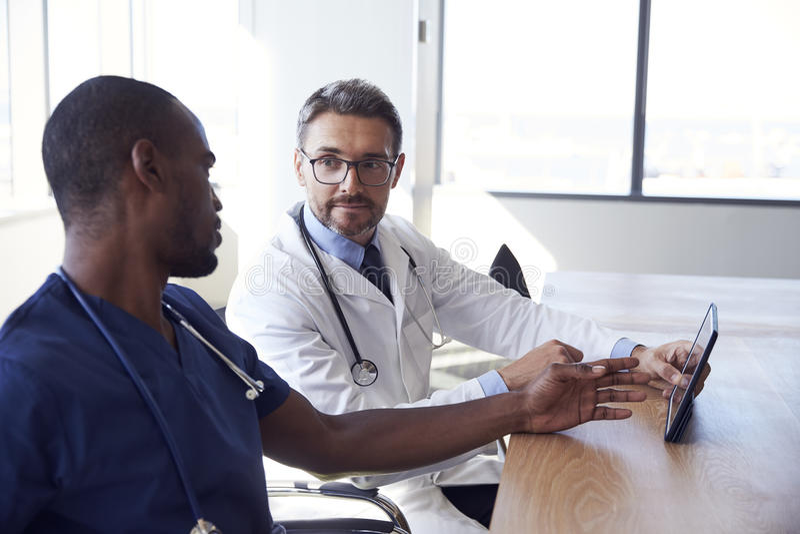 Примечания встречи и обзора персонала больницы на таблетке цифров стоковое фото rf