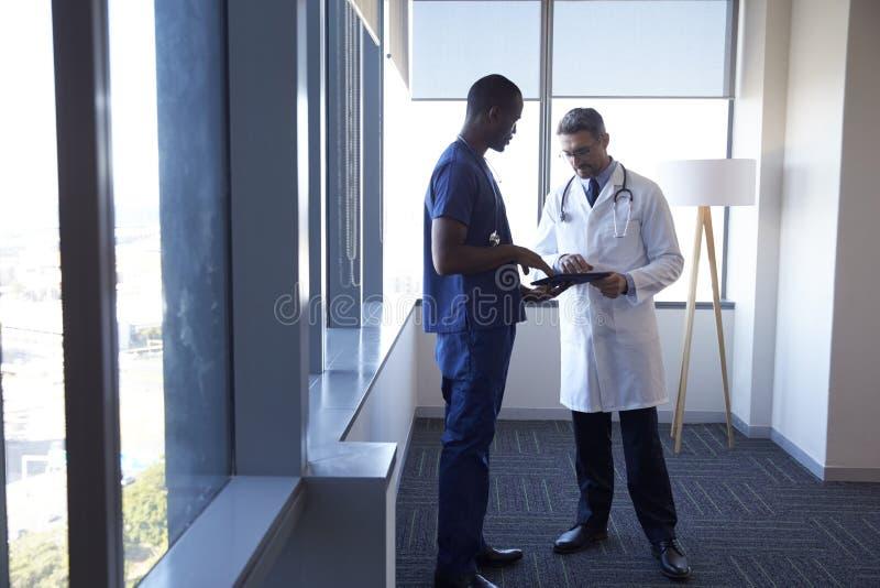 Примечания встречи и обзора персонала больницы на таблетке цифров стоковые изображения rf