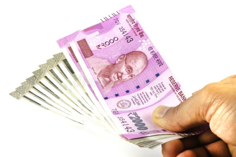 Примечания индийской валюты, который новые держат в руке стоковая фотография rf