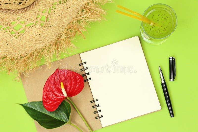 Примечания модель-макета с ручкой и цветком стоковые фото