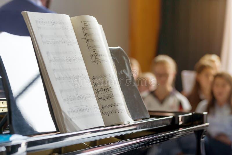 Примечания музыки на рояле стоковое изображение rf