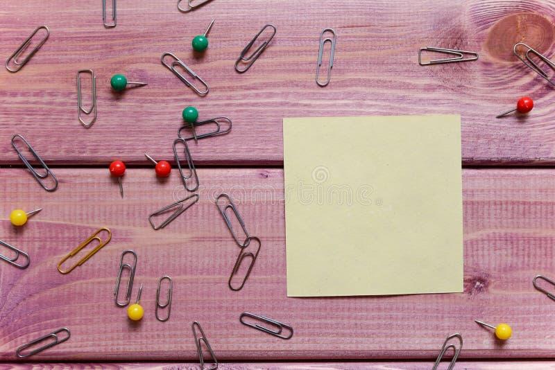 Примечания, стикер, бумажные зажимы стоковое изображение rf