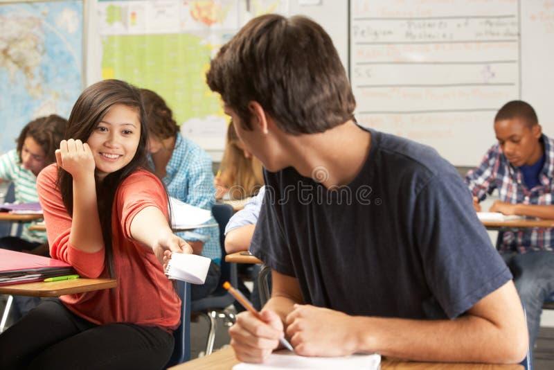 Примечания студентов проходя в классе стоковое фото rf