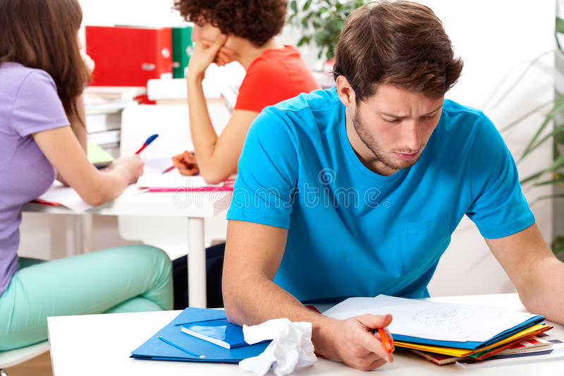 Примечания чтения студента в университете стоковое фото rf