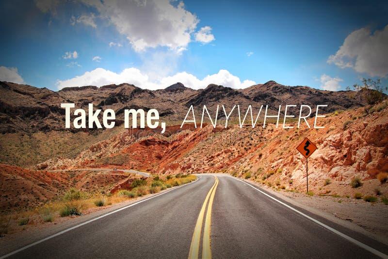 Примите меня везде с дорогой пустыни стоковое изображение rf