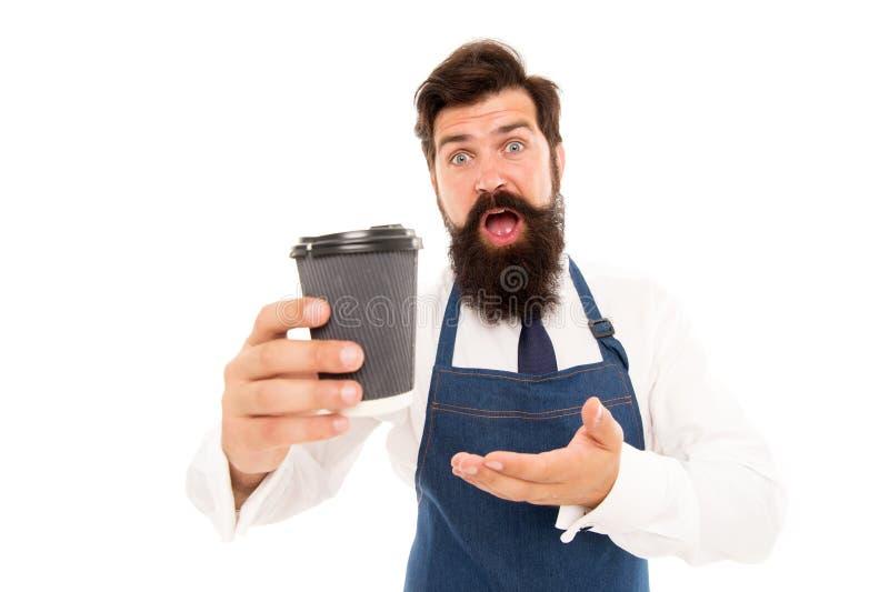 Примите чашку свежего кофе для того чтобы пойти Бородатая кофейная чашка бумаги владением человека E Barista подготовило кофе для стоковые изображения