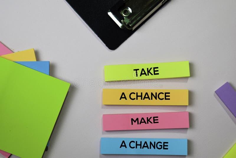 Примите шанс сделайте текст изменения на липких примечаниях с концепцией стола офиса стоковая фотография rf