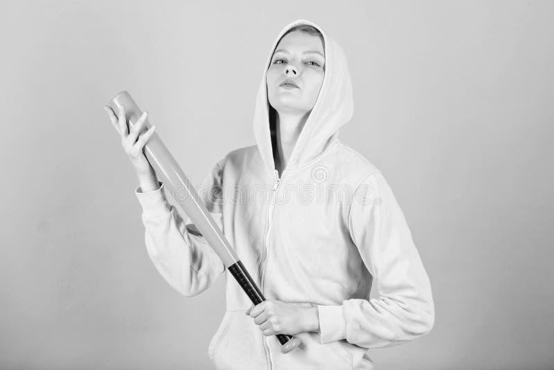 Принесенный для боя Жизнь улицы Sporty боец девушки агрессивная женщина с летучей мышью разминка женщины с бейсбольной битой Бой стоковые фото