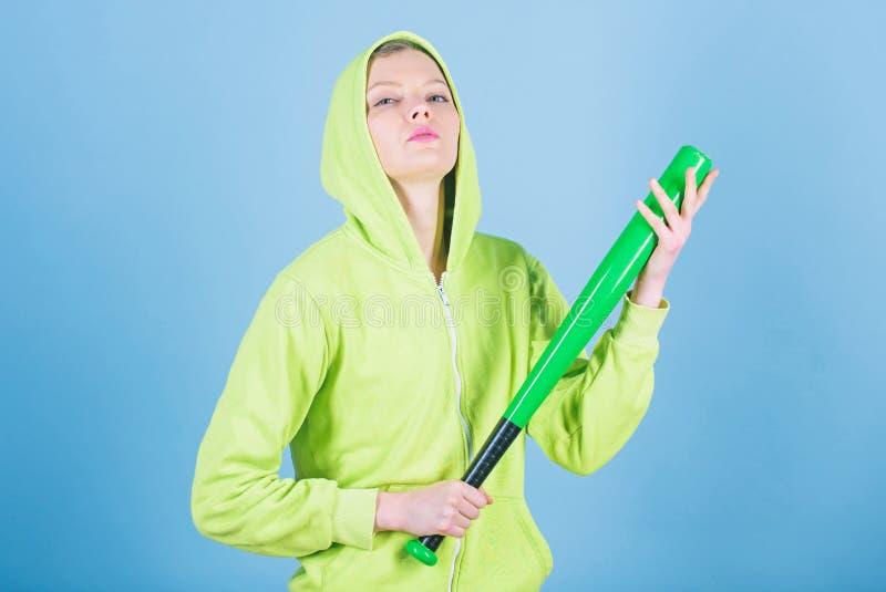 Принесенный для боя Жизнь улицы Sporty боец девушки агрессивная женщина с летучей мышью разминка женщины с бейсбольной битой Бой стоковые фотографии rf