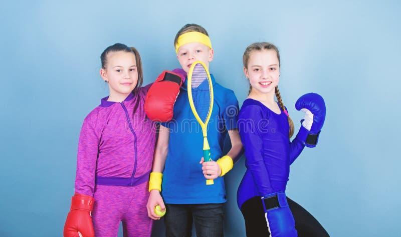 Принесенный для боя Счастливые дети в перчатках бокса с ракеткой и шариком тенниса Здоровье энергии фитнеса i стоковые фото