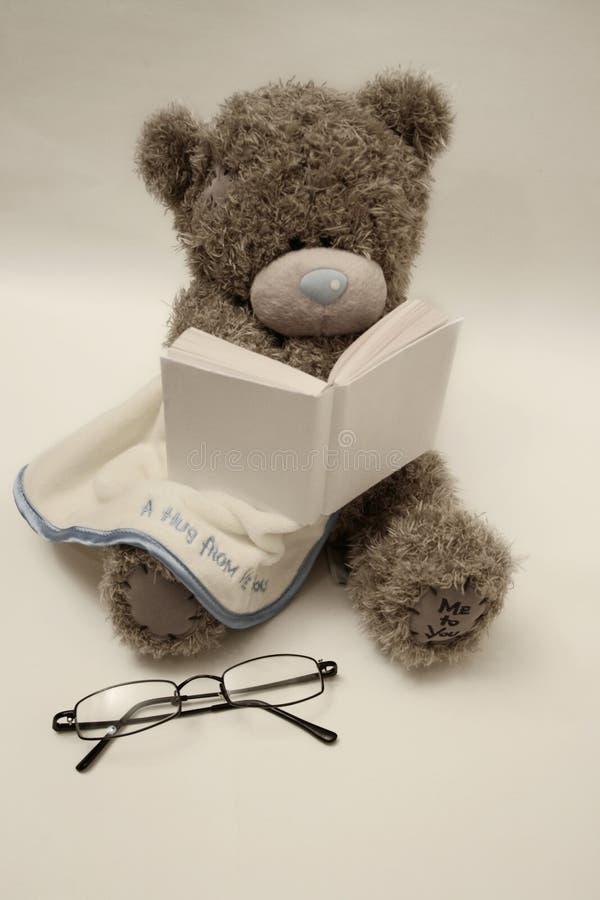 принесите игрушечный чтения книги стоковые изображения rf