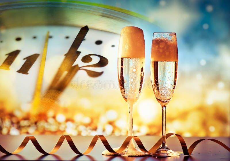 принесите стекла шампанского новые подготавливайте к году стоковая фотография rf