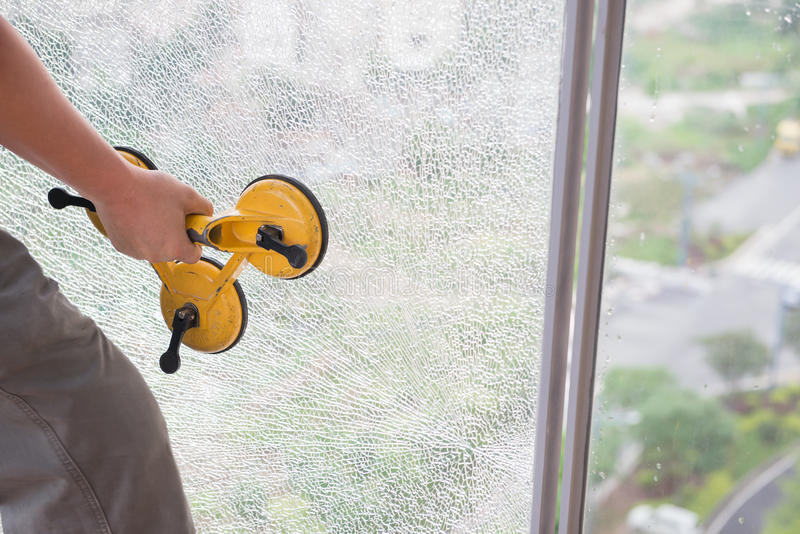 Принимать вне на сломленное окно стоковая фотография rf