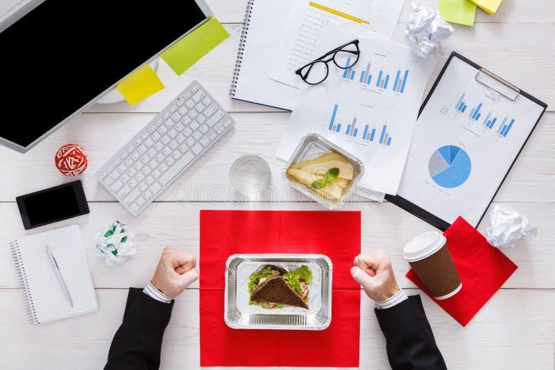 Принимать здоровый бизнес-ланч на рабочее место стоковая фотография rf
