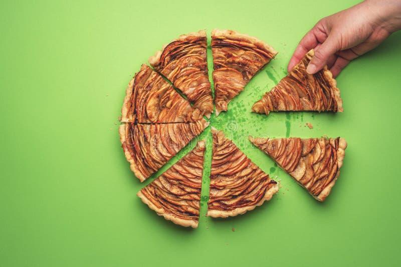Принимать кусок яблочного пирога Еда десерта осени стоковая фотография