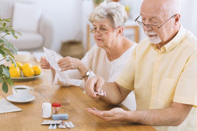 принимать лекарства человека старший стоковые фото