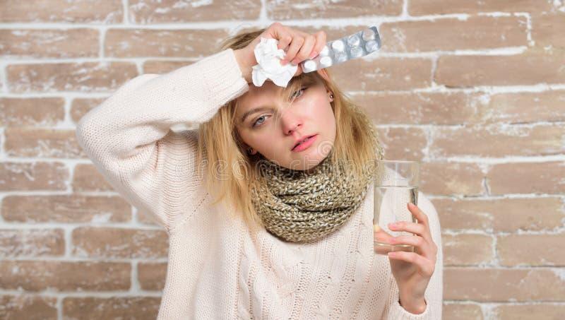 Принимать медицину от головной боли Больная женщина обрабатывая симптомы причиненные холодом или гриппом Лекарство и увеличенный  стоковое фото rf