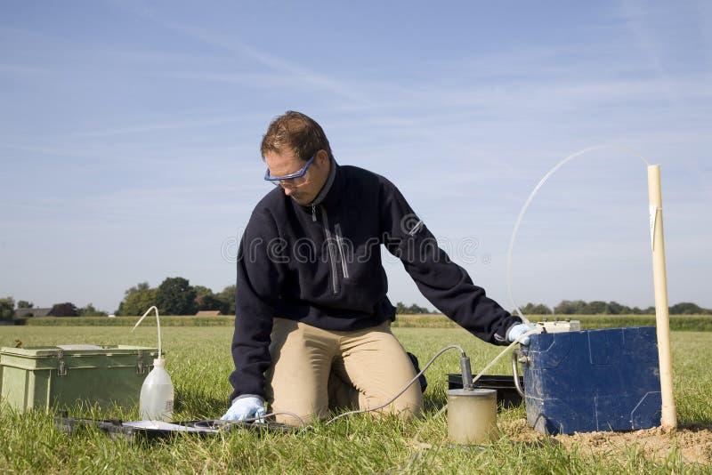 принимать почвы образцов исследования стоковое фото rf