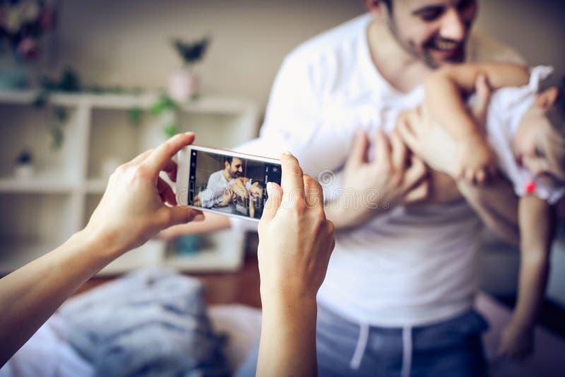 Принимать фото дом семьи счастливый стоковое изображение