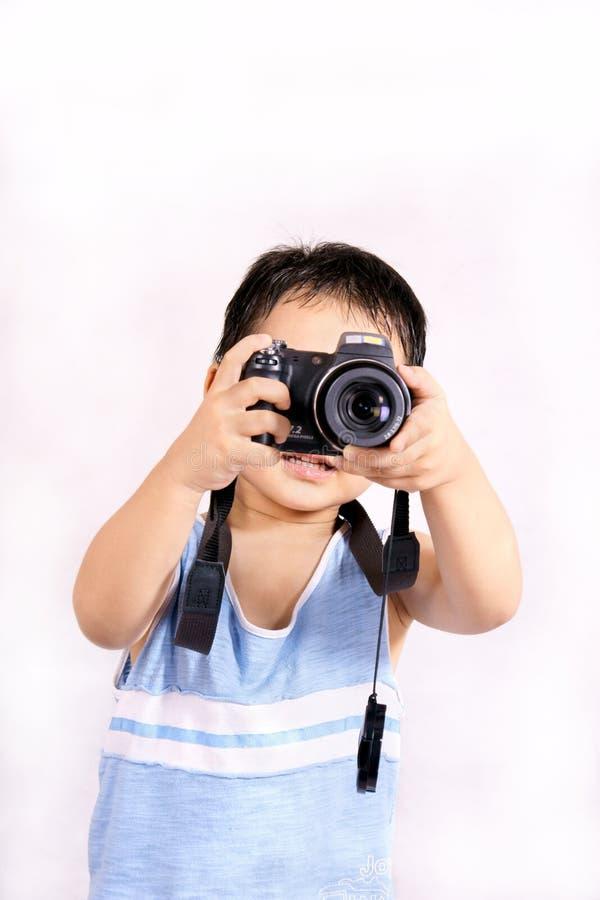 принимать фото мальчика стоковая фотография