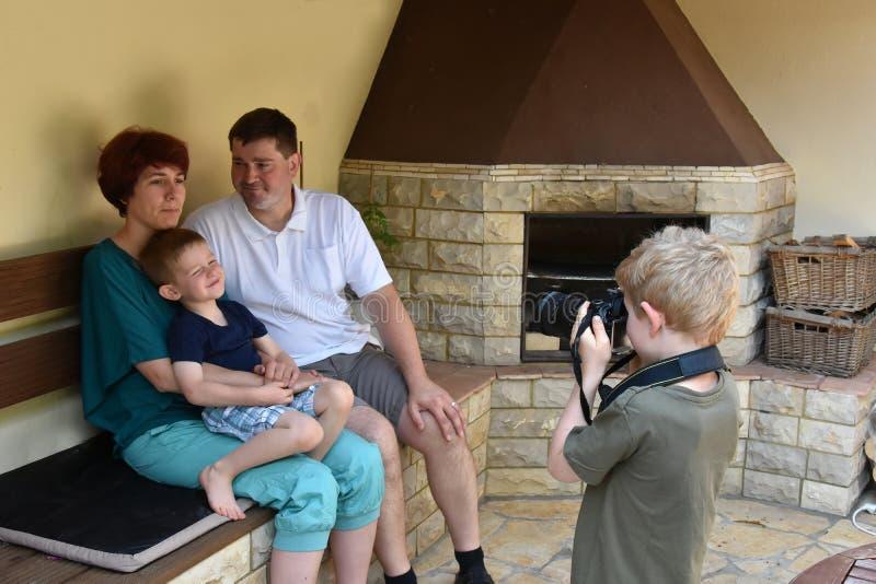 принимать фото мальчика стоковое фото