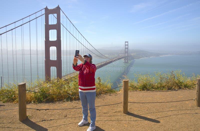 Принимать selfie с мостом золотого строба стоковое фото rf