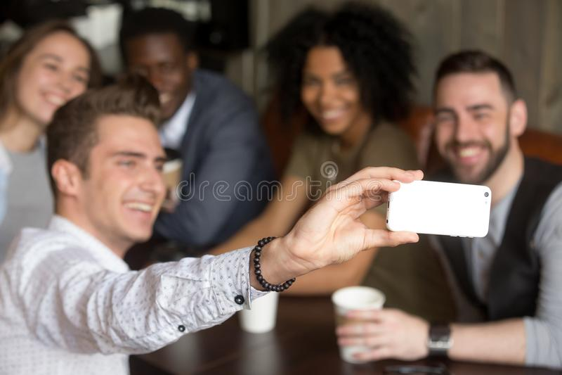 Принимающ концепцию selfie группы, multiracial друзья делая фото дальше стоковые изображения rf