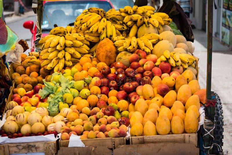 Приносить на рынке в Paracas, Перу стоковая фотография