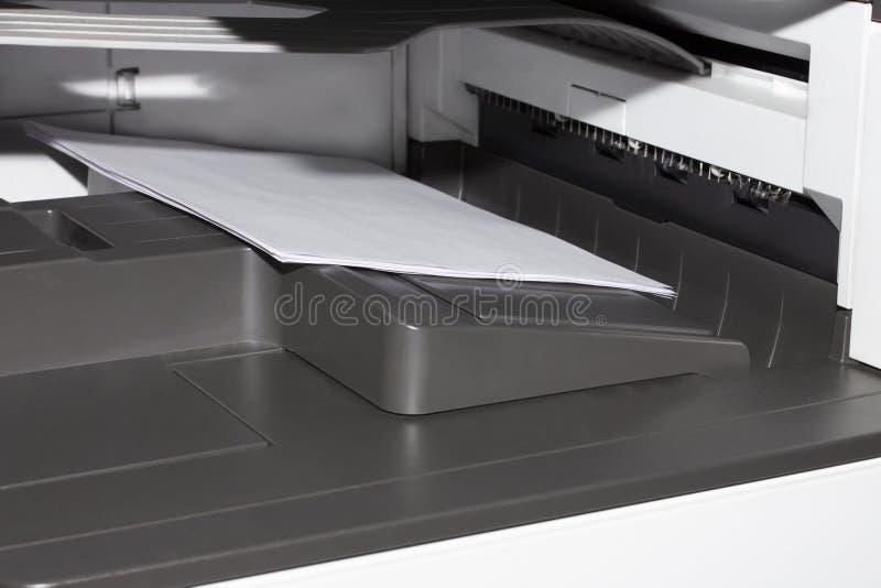 Принтер офиса печатает листы стоковые изображения