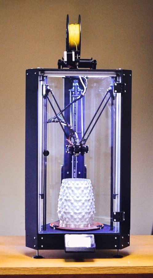 принтер 3d и объект напечатанные на ем стоковая фотография rf