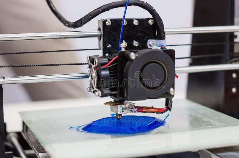 принтер 3d печатает деталь стоковое фото rf