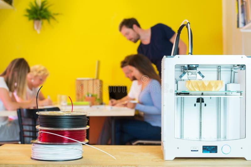 принтер 3D с дизайнерами в предпосылке стоковое фото rf