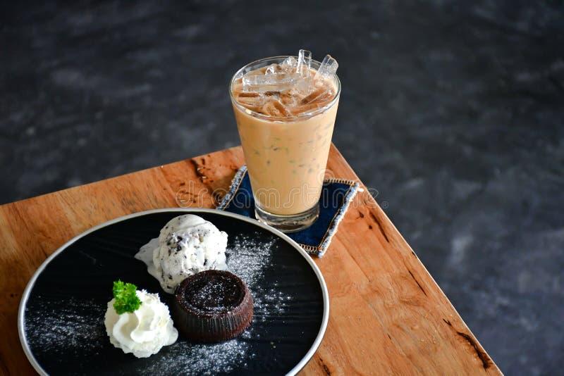 Принудительный кофе на деревянном столе стоковая фотография rf
