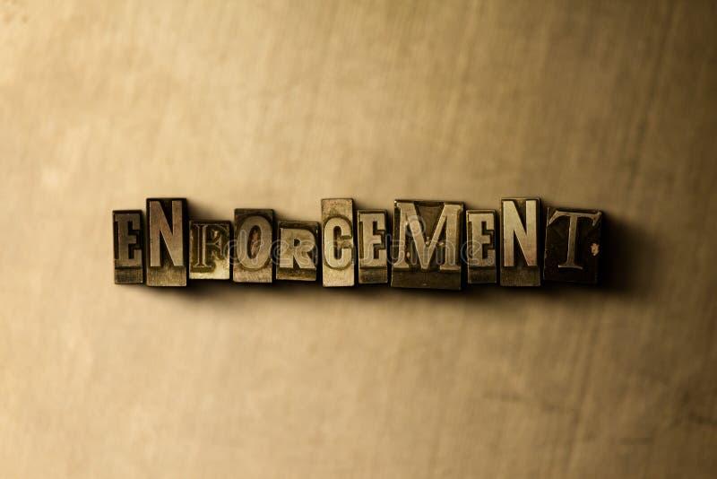 ПРИНУЖДЕНИЕ - конец-вверх grungy слова typeset годом сбора винограда на фоне металла иллюстрация вектора