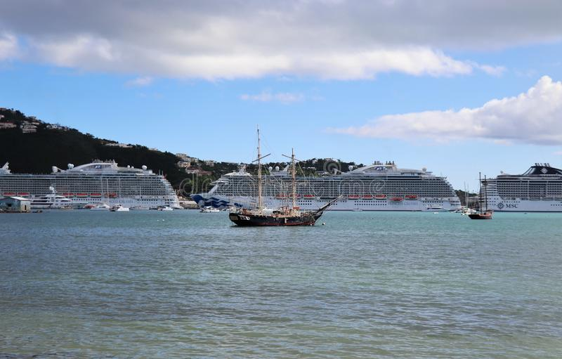 Принцесса и MSC грузят в St. Thomas, островах девственницы 12/13/17 США - туристические судна состыкованные в St. Thomas стоковые изображения