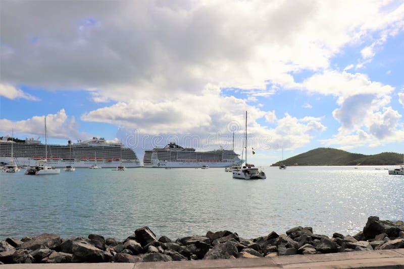 Принцесса и MSC грузят в St. Thomas, островах девственницы 12/13/17 США - туристические судна состыкованные в St. Thomas стоковые фото