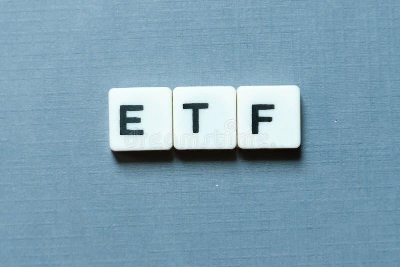 Принципиальная схема дела и финансов ETF& x28; Fund& торговатое обменом x29; письмо на серой предпосылке стоковая фотография